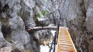 Im vorderen Teil der Klamm wechseln wir über diese Brücke die Klammseite.