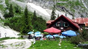 Die inzwischen abgerissene alte Höllentalangerhütte mit ihrem beliebten Aussenbereich.