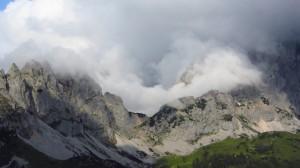 Dramatische Wolken rund um die Gosaukamm-Berge