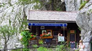 Sie klemmt förmlich auf ihrem winzigen Platz am Fels: Die Höllental-Eingangshütte.