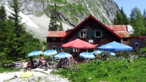 Die ehemalige Höllentalangerhütte mit ihrem beliebten Aussenbereich.