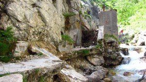Mitten im wilden Höllental, kurz nach der Klamm: Die Ruinen des Wasserkraftwerks.