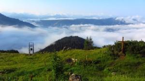 Das Tal liegt am Morgen noch im Nebel