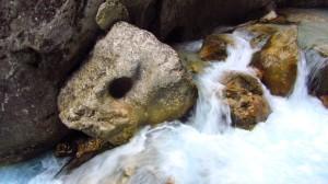 In diesen Stein hat das Wasser ein Loch gebohrt.