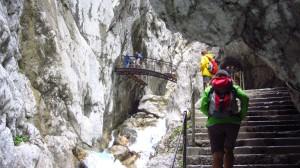 Kurz nach dieser Treppe sind wir auf der Brücke.