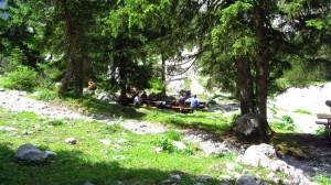 Unter den Bäumen an der Höllentalangerhütte kann man gut Brotzeit machen.