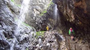 Der Weg führt über Treppen an Wasserfällen vorbei.