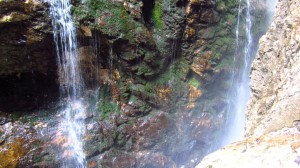 Mehrere Schleierwasserfälle sorgen dafür, dass man kaum trocken durch die Klamm gelangt.