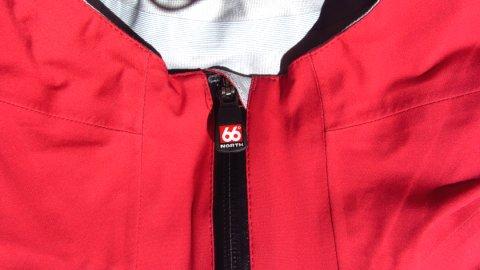 Der Zipper ist mit einem Kinnschutz versehen, damit er nicht im Gesicht kratzt