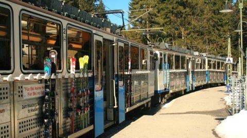 Die Zugspitzbahn im Bahnhof Eibsee