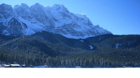 Der Ort des Geschehens: Die Zugspitze, vom Eibsee aus gesehen