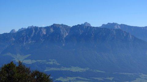 Das Kaisergebirge, vorne der Zahme Kaiser - etwas im Dunst, aber zum Greifen nah