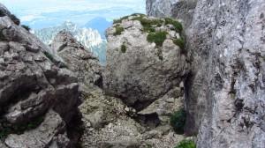 Felsblock im Kaisersaal - man kann drum herum gehen oder durch das Loch klettern