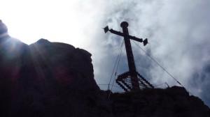 Das Kampenwand-Gipfelkreuz im Gegenlicht