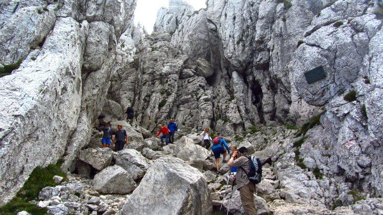 Der Weg zum Gipfel der Kampenwand führt durch die Felswelt der Kaisersäle