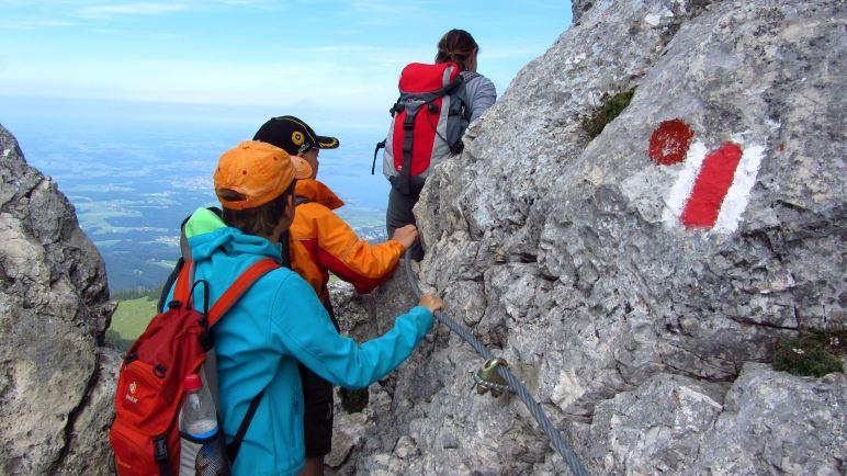 Eine seilversicherte, ausgesetzte Stelle kurz vor dem Kampenwand-Gipfelkreuz