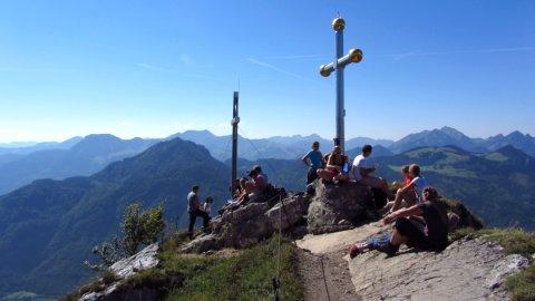 Der Kranzhorn-Gipfel mit seinen zwei Gipfelkreuzen über dem Inntal