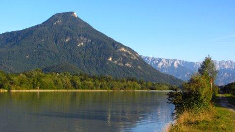 Das Kranzhorn von Norden aus über den Inn gesehen. Das felsige Gipfelhorn ist gut zu erkennen.
