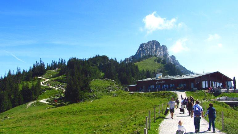 Die Sonnenalm, fast direkt neben der Bergstation der Kampenwandbahn. Links sehen wir den Weg zur Steinlingalm
