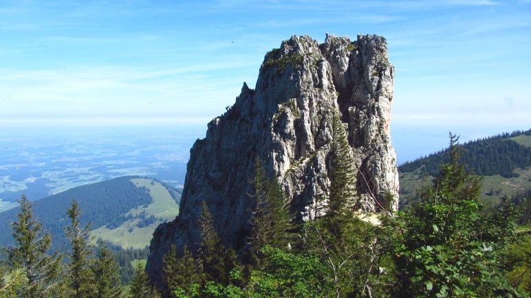 Direkt am Weg: Der Staffelstein, ein beliebter Kletterfels. Links am Fels ist ein Seilkletterer zu sehen