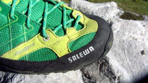 Die Schnürung läuft beim Salewa Firetail GTX bis zur Schuhspitze