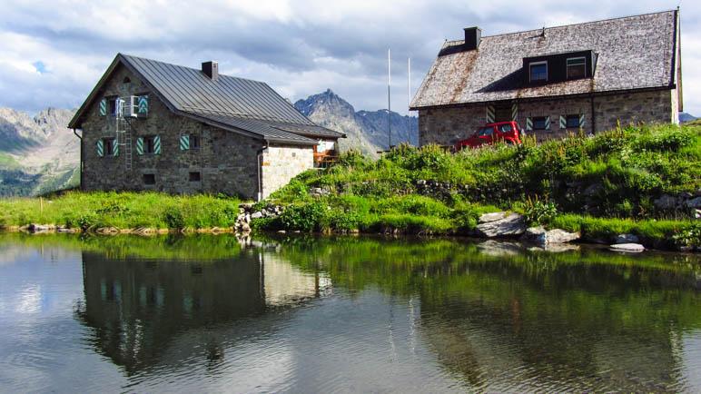 Die Friedrichshafener Hütte mit ihrem kleinen See