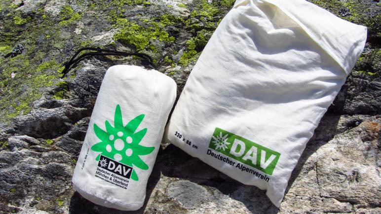 Zwei Hüttenschlafsäcke, wie man sie beim DAV kaufen kann