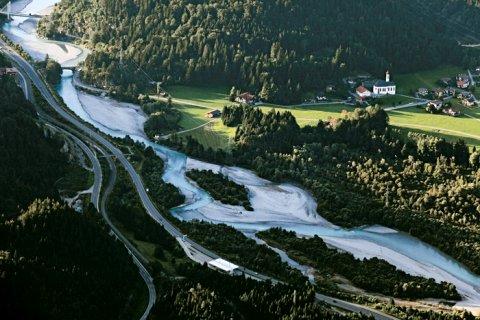 Der verzweigte Flusslauf des Lech bei Unterpinswang
