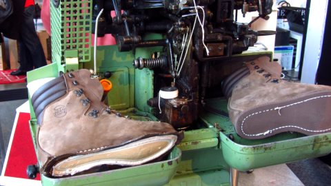 Hanwag hat zum 90 jährigen Firmenjubiläum eine alte Maschine zur Schuhherstellung präsentiert