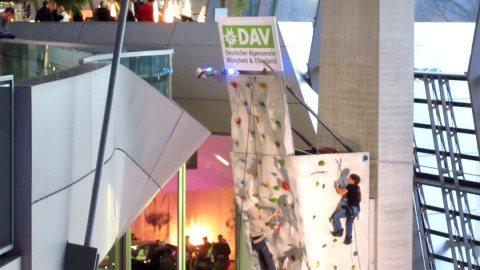 Der Kletterturm des DAV war nicht nur für Kinder eine Attraktion
