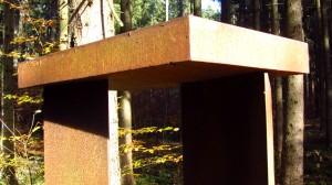 Ein Eisentor im Wald