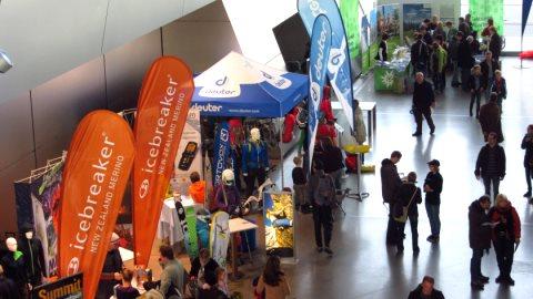 Das Eventforum auf dem Alpintag mit Ständen des DAV, von Herstellern und Urlaubsregionen
