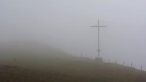 Das Pferdskopf-Gipfelkreuz liegt noch im Nebel