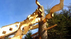 Die größte Holzskulptur besteht aus grob bearbeitetem Holz