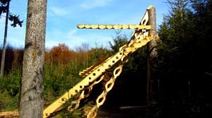 Das große Holzkunstwerk, etwa auf der Hälfte des Weges