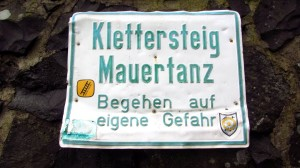 Der Mauertanz-Klettersteig, wie kommt das gelbe Leiterschild da hin?