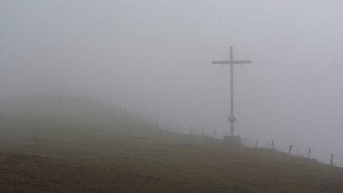 Das Pferdskopf-Gipfelkreuz, mitten am Hang, nicht oben