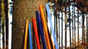 Bunte Stangen, an den Baum gelehnt