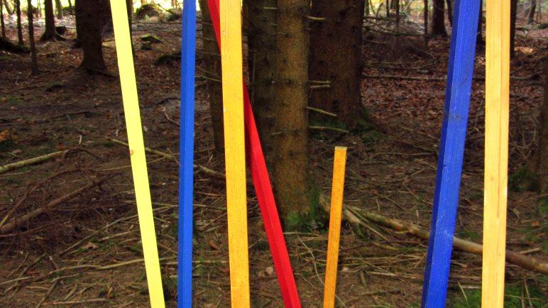 Bunte Stangen im Wald