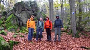 Vier Wanderblogger an der Steinwand