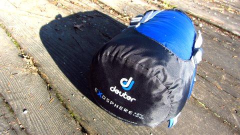 Im Packsack macht sich der Deuter Exosphere Schlafsack angenehm klein
