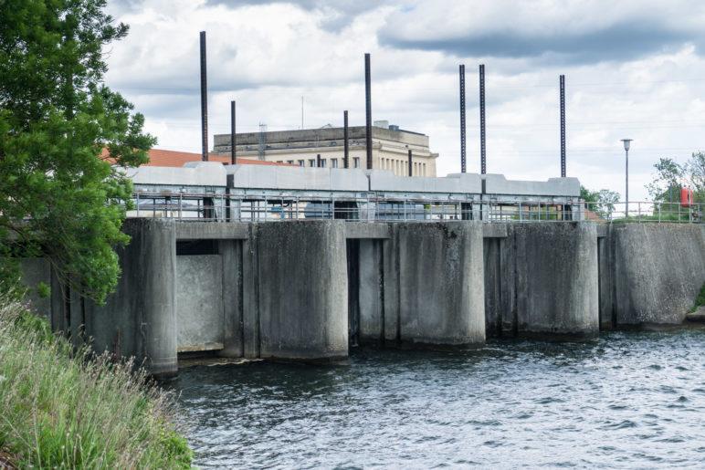 Mächtige Betonmauern am Einlass des Kraftwerks Neufinsing