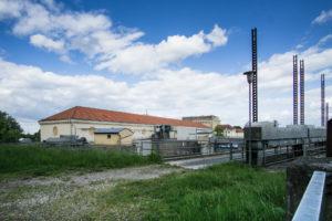 Das Kraftwerk Neufing, vond er Seeseite aus gesehen