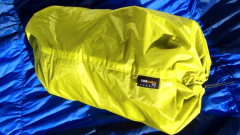 Der Therm-A-Rest Packsack wird umgestülpt zum Kopfkissen