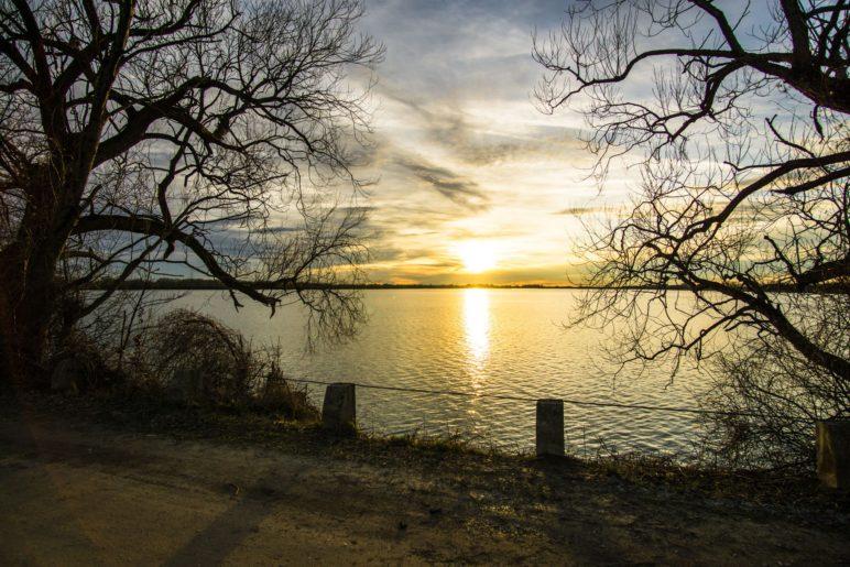 Sonnenuntergang am Speichersee, vom großen Mitteldamm aus gesehen