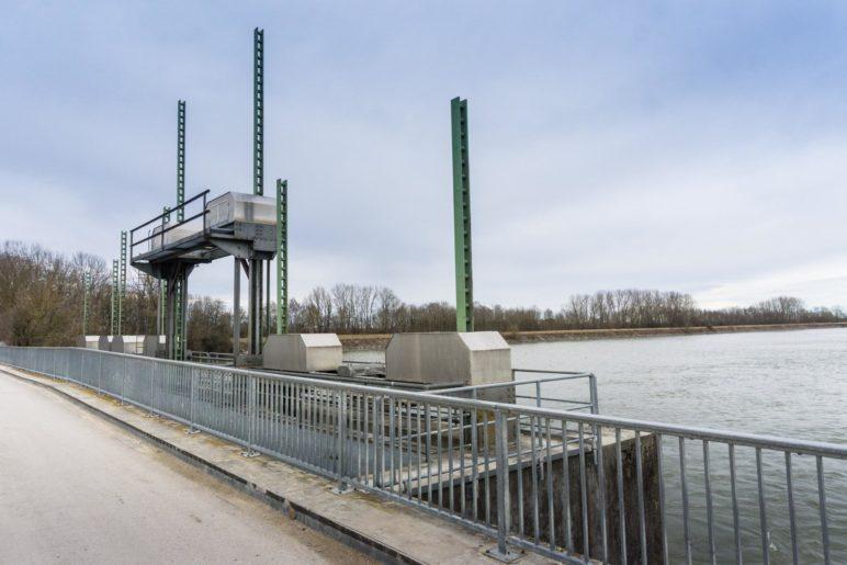 Das Wehr am Nordende des Damms über den Speichersee