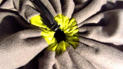 Wasserdicht ist das Suff-Sack-Pillow Kopfkissen nicht, da es mit einem Kordelzug verschlossen wird
