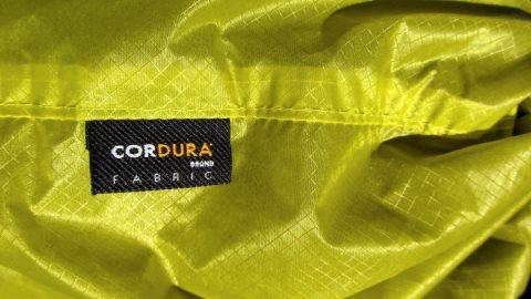 Die Cordura-Hülle knisterst etwas, nicht ideal für ein Kopfkissen
