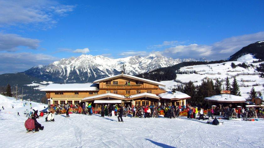 Der Alpengasthof Hochsöll. Links dahinter beginnt die Skipiste. Rodler biegen dort gleich nach rechts ab