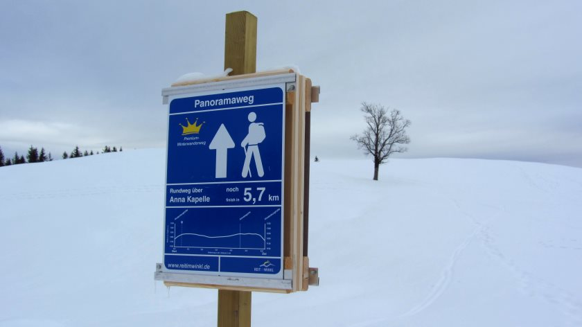Auf den Schildern des Premium-Winterwanderweges gibt es umfangreiche Informationen zum Weg